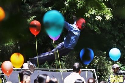 ryan-reynolds-deadpool-flies-into-a-kids-birthday-party-01